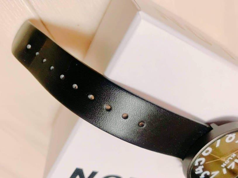 光沢が綺麗なKLONの腕時計
